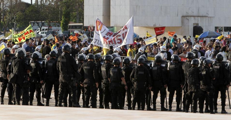 23.ago.2012 - Servidores federais realizam protesto na praça dos Três Poderes, em frente ao STF, durante o 14º dia de julgamento do mensalão