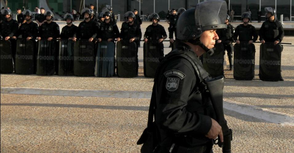 23.ago.2012 - Tropa de Choque faz barreira em frente ao STF, em Brasília