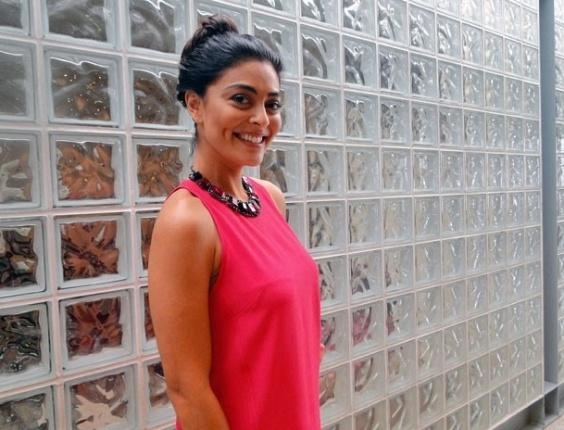 Juliana Paes posa nos bastidores do