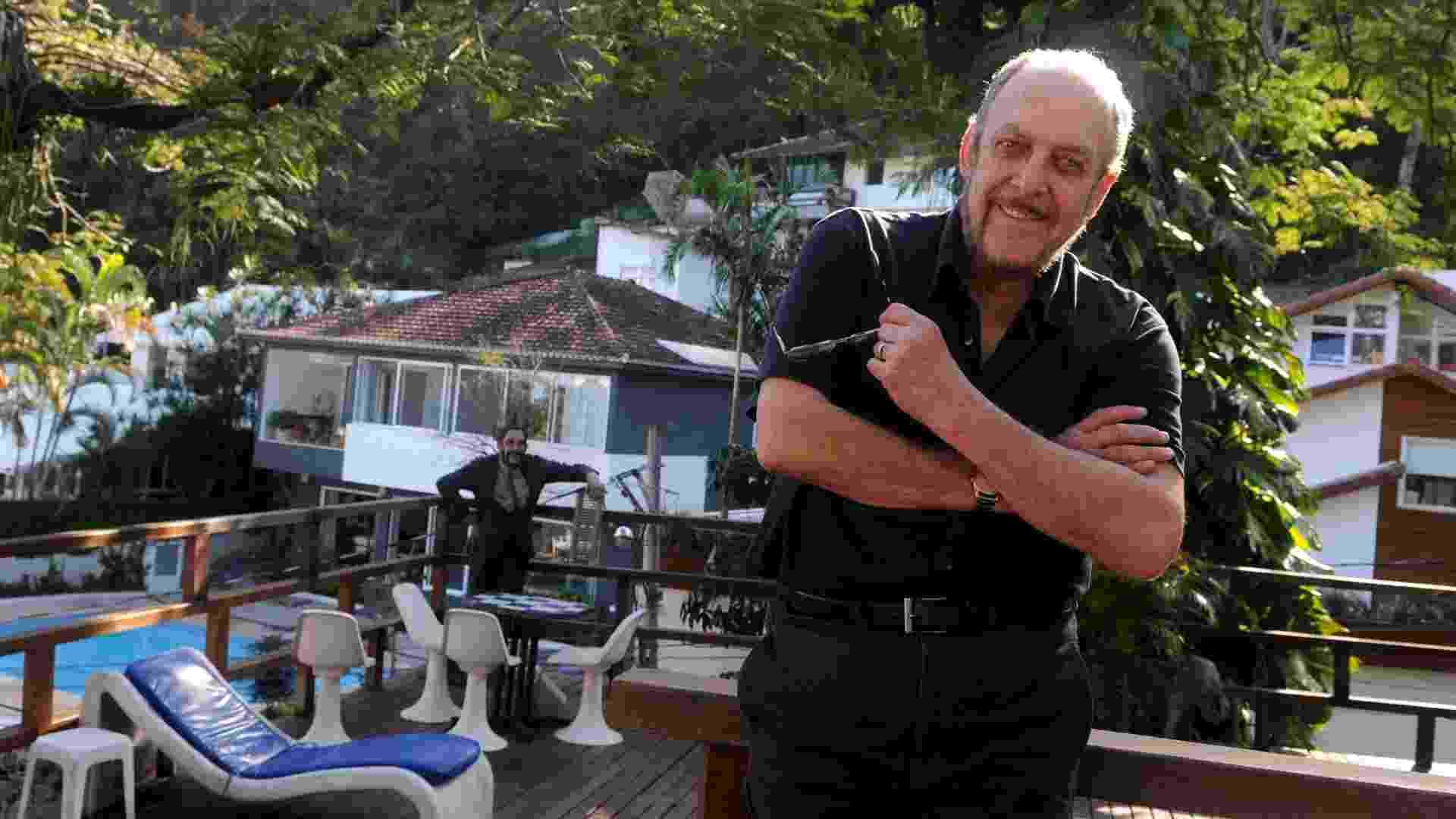 Luiz Carlos Miele posa perto da piscina de sua casa em São Conrado, na zona sul do Rio (20/8/2012) - André Durão/UOL