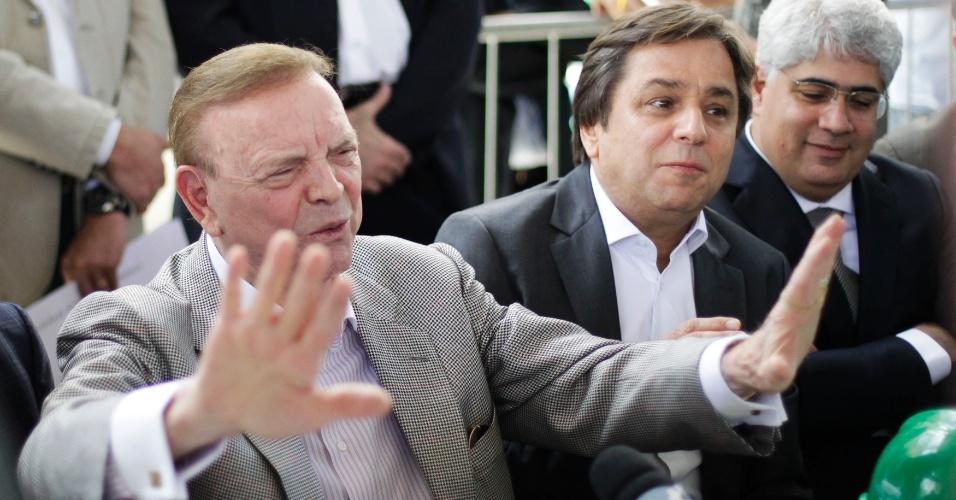 Presidente da CBF, José Maria Marin (e.) gesticula ao lado do dirigente do Palmeiras Arnaldo Tirone durante entrevista coletiva após visita às obras da Arena Palestra