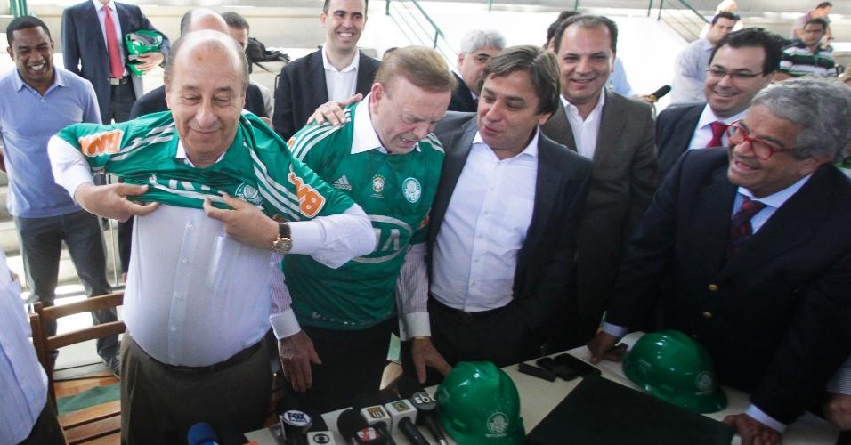 Presidente da CBF, José Maria Marin, e presidente da Federação Paulista de Futebol, Marco Polo Del Nero (e.), vestem camisa do Palmeiras que ganharam de presente em visita às obras da Arena Palestra