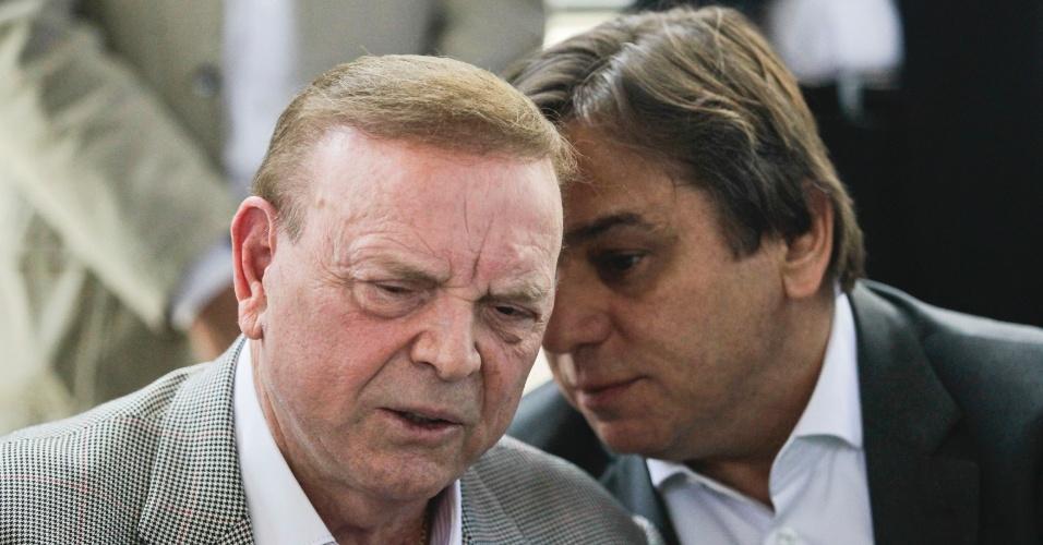 Presidente do Palmeiras, Arnaldo Tirone (d.) conversa com o presidente da CBF José Maria Marin em visita às obras da Arena Palestra