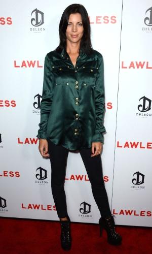 """Sem aliança de casamento, Liberty Ross, mulher de diretor pivô de traição de Kristen Stewart, faz primeira aparição pública no tapete vermelho do lançamento de """"Os Infratores"""", em Hollywood (22/8/12)"""