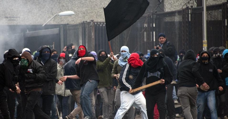 23.ago.2012 - Estudantes chilenos atacam pedras contra a polícia. Os manifestantes adotaram nova estratégia para exigir uma educação melhor: fizeram várias marchas simultâneas em diferentes bairros de Santiago, mas os protestos terminaram em confrontos com a polícia. Há mais de um ano, alunos têm feito manifestações para pedir mudanças na política educacional do país