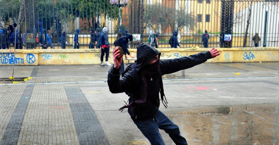 23.ago.2012 - Os manifestantes adotaram nova estratégia para exigir uma educação melhor: fizeram várias marchas simultâneas em diferentes bairros de Santiago, mas os protestos terminaram em confrontos com a polícia. Há mais de um ano, alunos têm feito manifestações para pedir mudanças na política educacional do país