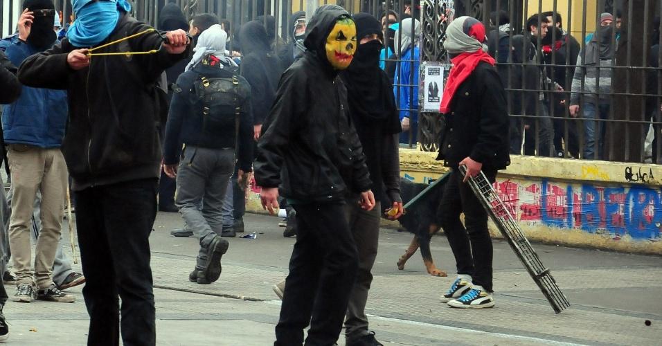 23.ago.2012 - Os manifestantes adotaram nova estratégia para exigir uma educação melhor: fizeram várias marchas simultâneas em diferentes bairros de Santiago, no Chile, mas os protestos terminaram em confrontos com a polícia. Há mais de um ano, alunos têm feito manifestações para pedir mudanças na política educacional do país