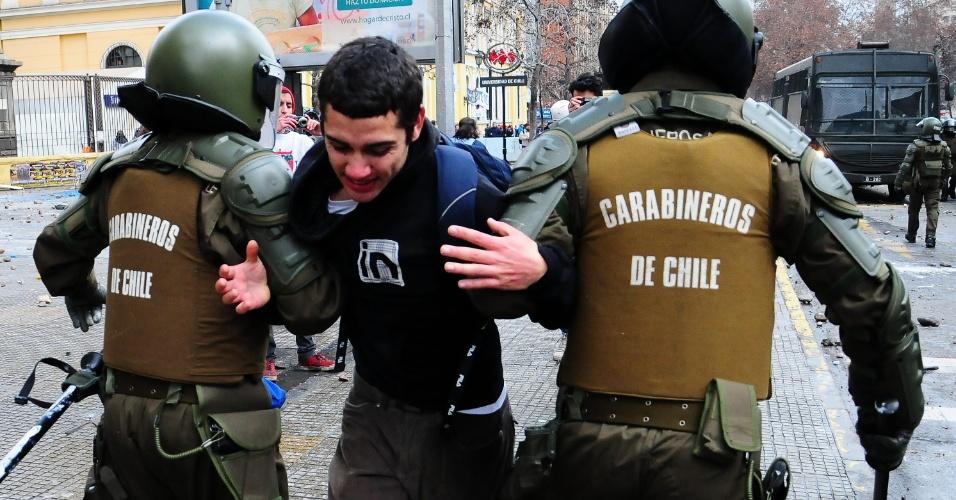 23.ago.2012 - Um estudante chileno é detido por policiais da tropa de choque durante protesto estudantil para exigir do governo do presidente Sebastián Piñera melhorias na educação pública em Santiago, no Chile
