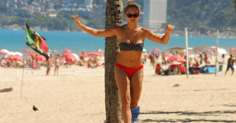 24.ago.2012 - Banhista anda na corda bamba durante tarde quente nesta sexta-feira (24), na praia de Copacabana, zona sul do Rio de Janeiro. A previsão é de que as temperaturas cheguem a máxima de 29º C