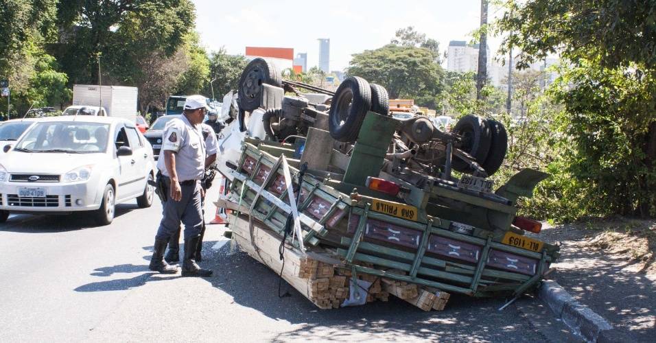 24.ago.2012 - Caminhão carregado de madeira tombou nesta sexta-feira (24), na avenida dos Bandeirantes, zona sul de São Paulo