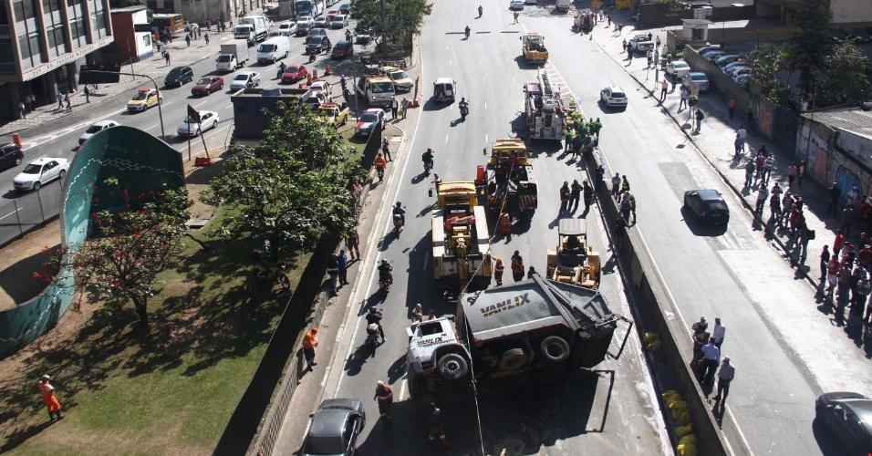 24.ago.2012 - Caminhão de lixo tombou nesta sexta-feira (24) na avenida Prestes Maia, próximo ao viaduto Santa Ifigênia, na região do Anhangabau, centro de São Paulo. Segundo a CET, três faixas foram bloqueadas.