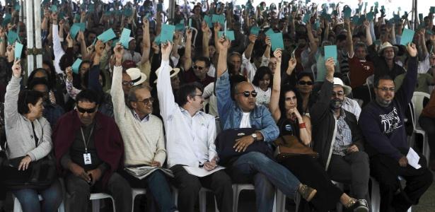 Em uma assembleia tensa e tumultuada, os professores da UnB (Universidade de Brasília) decidiram encerrar a greve de cerca de três meses - Marcello Casal Jr/Agência Brasil