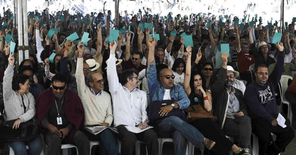 24.ago.2012 - Em uma assembleia tensa e tumultuada, os professores da Universidade de Brasília (UnB) decidiram nesta sexta-feira (24) retornar às atividades, encerrando uma greve que durou cerca de três meses. Do total de 923 professores, 478 (51,8%) votaram a favor do fim da paralisação e 445 contra a proposta, indicando a divisão da categoria