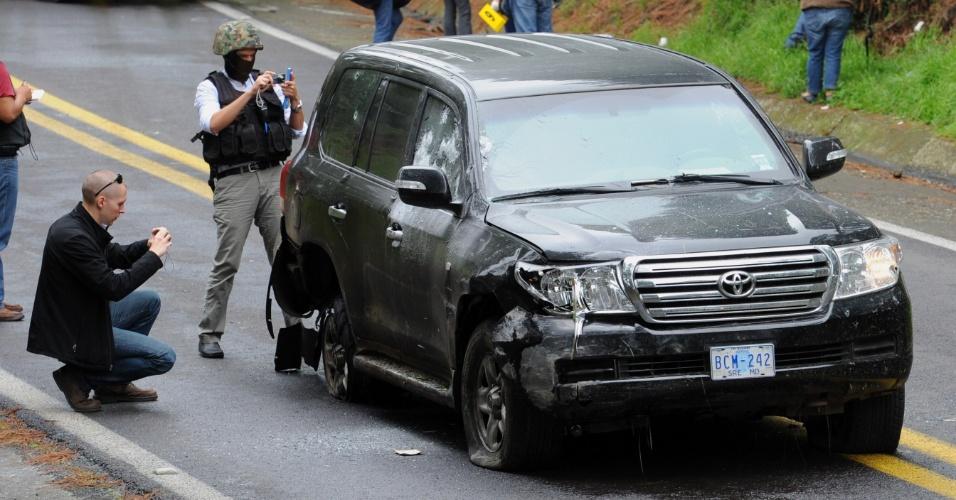 24.ago.2012 - Equipes forenses investigam um veículo da diplomacia norte-americana na rodovia Tres Marias-Huitzilac, em Morelos, no México. Dois funcionários da embaixada dos Estados Unidos no país centro-americano foram feridos a bala quando viajavam pela rodovia, que fica próximo à capital mexicana
