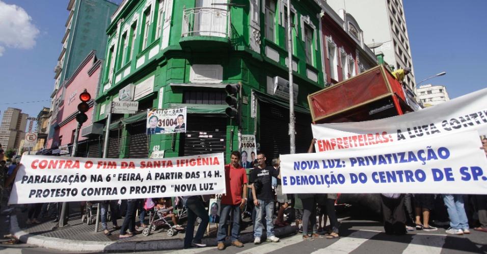 24.ago.2012 - Lojistas da rua Santa Ifigênia, área de comércio de produtos eletrônicos da região central de São Paulo, fecharam as portas dos seus estabelecimentos nesta sexta-feira (24) em protesto contra o Projeto Nova Luz