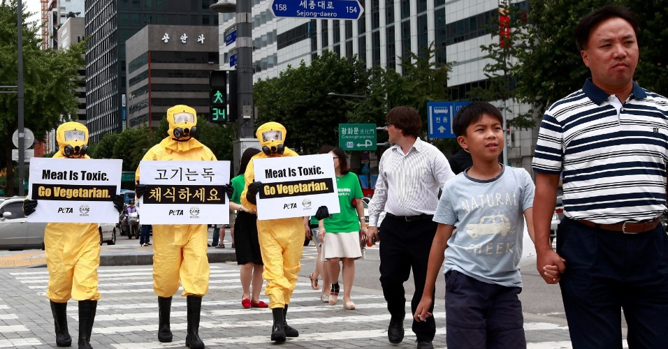 24.ago.2012 - Membros da Peta, ONG a favor dos direitos dos animais, protestam nesta sexta-feira (24), nas ruas de Seul, na Coréia do Sul, contra o consumo de carne animal