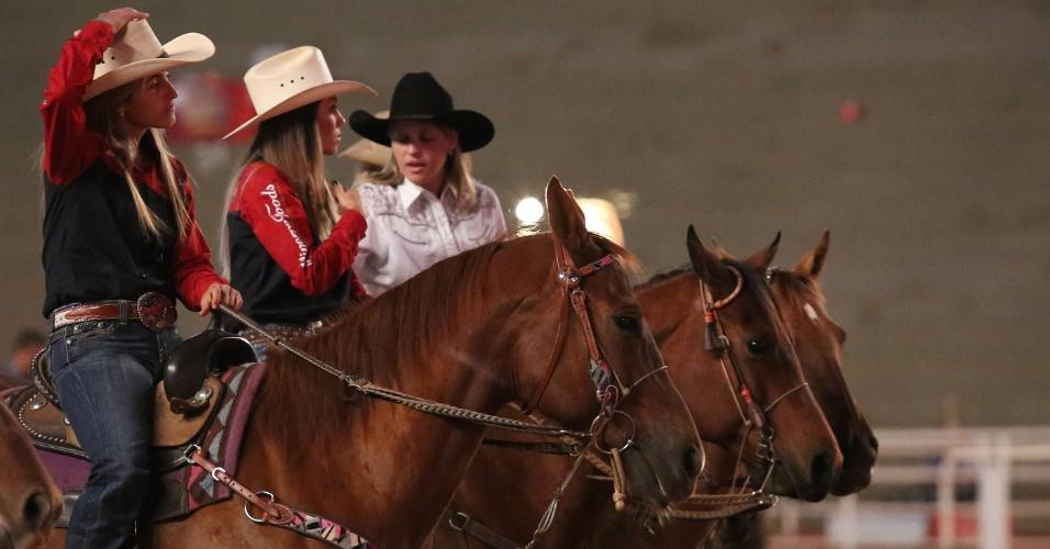 24.ago.2012 - Mulheres montadas em cavalos aguardam início de prova da Festa do Peão de Barretos, no interior de São Paulo, nesta sexta-feira (24)