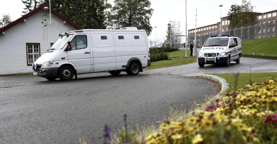 24.ago.2012 - O assassino confesso da morte de 77 pessoas no ano passado na Noruega, Anders Behring Breivik, deixa a prisão de Ila rumo à corte de Oslo para receber a setença. O ultradireitista foi considerado penalmente responsável pelos ataques e recebeu pena máxima de 21 anos de prisão. A setença é prorrogável, já que, para a Justiça norueguesa, Breivik é considerado um perigo para a sociedade