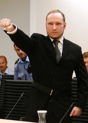 Breivik ergue o punho direito, em uma saudação de extrema-direita, nesta sexta (24), na Corte de Oslo