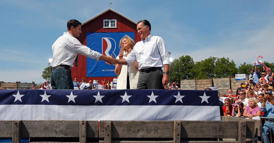 24.ago.2012 - O candidato do Partido Republicano à presidência dos Estados Unidos, Mitt Romney, ao lado de sua mulher Ann, cumprimenta o candidato republicano à vice-presidência, Paul Ryan, durante campanha realizada em fazenda da cidade de Commerce, no estado de Michigan