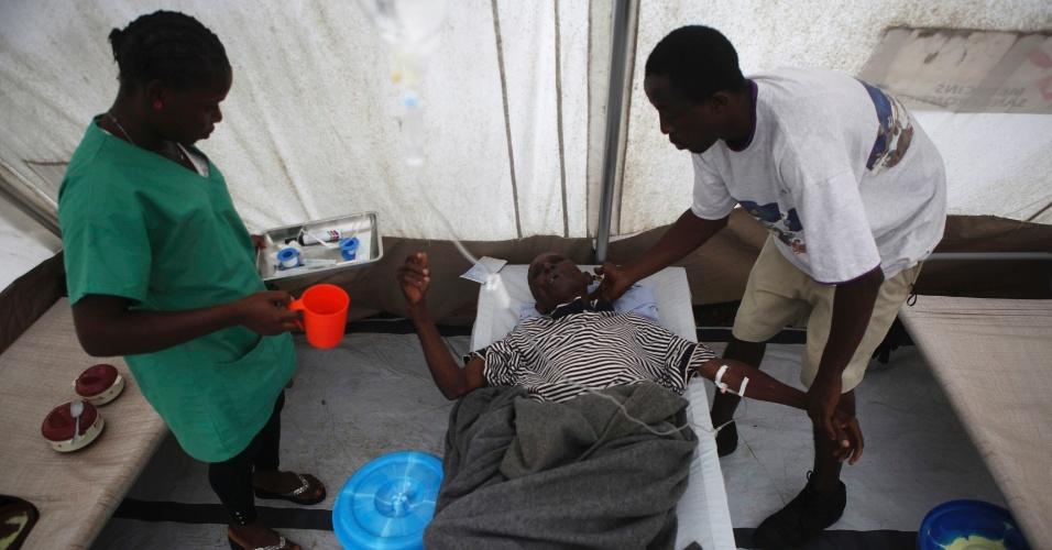 24.ago.2012 - Paciente de cólera recebe tratamento em um centro de saúde improvisado dos Médicos Sem Fronteiras, em Freetown, capital de Serra Leoa