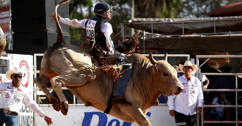 24.ago.2012 - Peão participa de prova de montaria na Festa do Peão de Barretos, no interior de São Paulo, nesta sexta-feira (24)