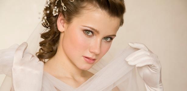 Noivas que desejam visual mais romântico podem apostar nos acessórios vintage para cabelos