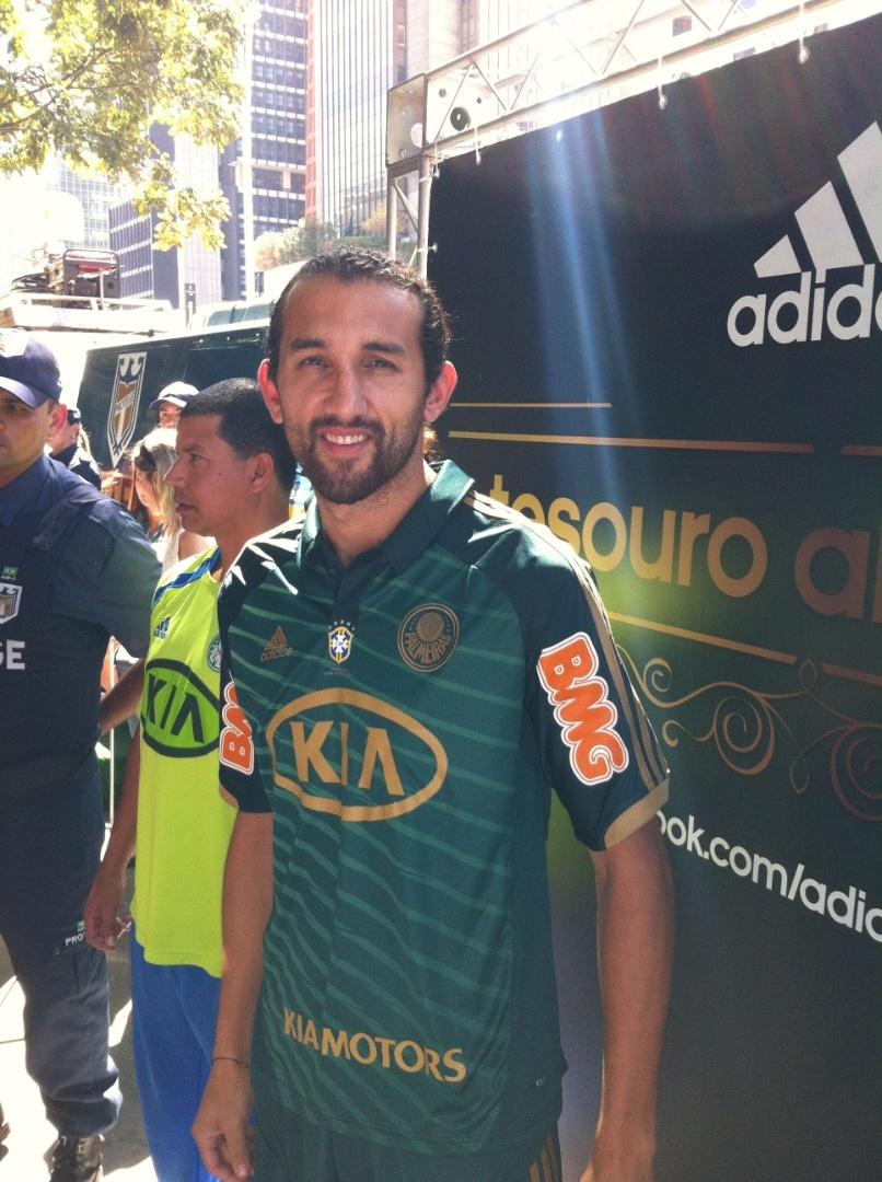 Atacante Barcos exibe terceiro uniforme novo do Palmeiras em evento na Av. Paulista