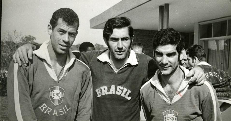 Carlos Alberto Torres (e), Félix (c) e Rildo posam juntos durante treino da seleção brasileira em data incerta, provavelmente 1969