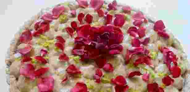 Cheescake de baunilha e cardamomo com chantily de rosas, da chef Manuela Scalini, exemplo de comida viva - Divulgação