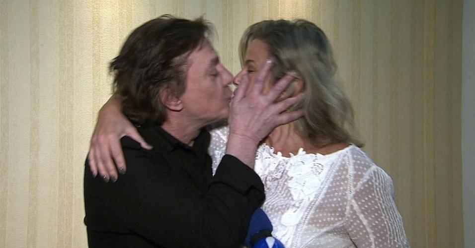 Fábio Jr. dá selinho em Maria Cãndida (24/8/2012)