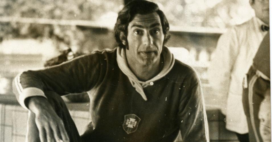 Félix, então goleiro da seleção, é fotografado no Maracanã durante treino do Brasil para amistoso contra a Áustria que marcaria a despedida de Pelé do combinado nacional (09/07/1971)
