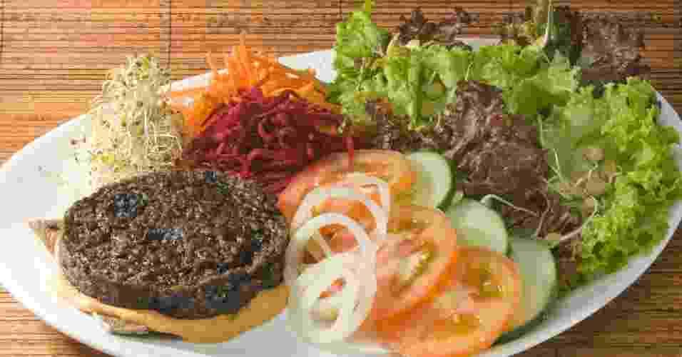 hamburguer vivo no prato com pão essênios, chef Tiana Rodrigues - Divulgação
