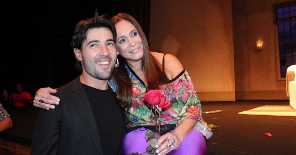 Noivo de Susana Vieira, Sandro Pedroso, participa da festa surpresa