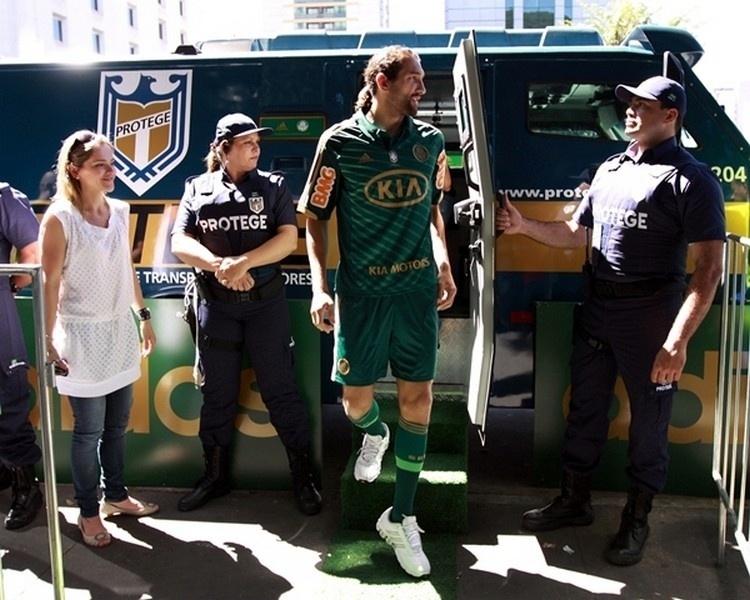 O atacante Barcos chegou ao evento em um carro-forte, ele foi o garoto-propaganda do uniforme