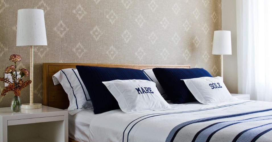 O dormitório do arquiteto Oscar Mikail possui atmosfera intimista e elegante, dada pelo tecido, da Miranda Green, que combina as cores fendi e cru. A cama em madeira freijó contrasta com a laca branca dos criados-mudos, ambos da Casa Pronta. Para o toque final, roupa de cama da Trousseau. O apartamento no Rio de Janeiro foi reformado e decorado pelo próprio Oscar