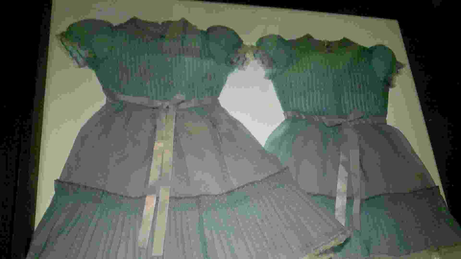 """Os figurinos das gêmeas morta do filme """"O Iluminado"""" em exposição do cineasta Stanley Kubrick em Amsterdã (24/08/2012) - James Cimino/UOL"""