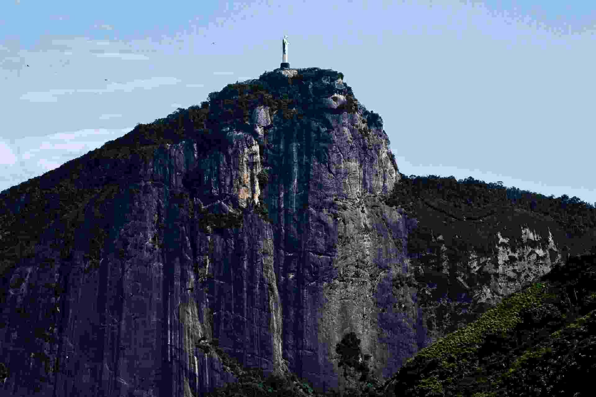 Oscar Mikail comprou, reformou e decorou um apartamento de 109 m² no Rio de Janeiro. O imóvel dos anos 1960, apesar de não possuir varanda, tem janelões com vista para o Cristo Redentor - Thiago Travesso/Divulgação