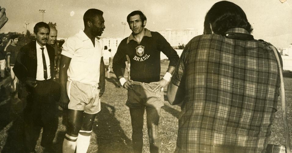 Pelé (e) e Félix conversam durante treino da seleção brasileira em data incerta, provavelmente no final dos anos 1960
