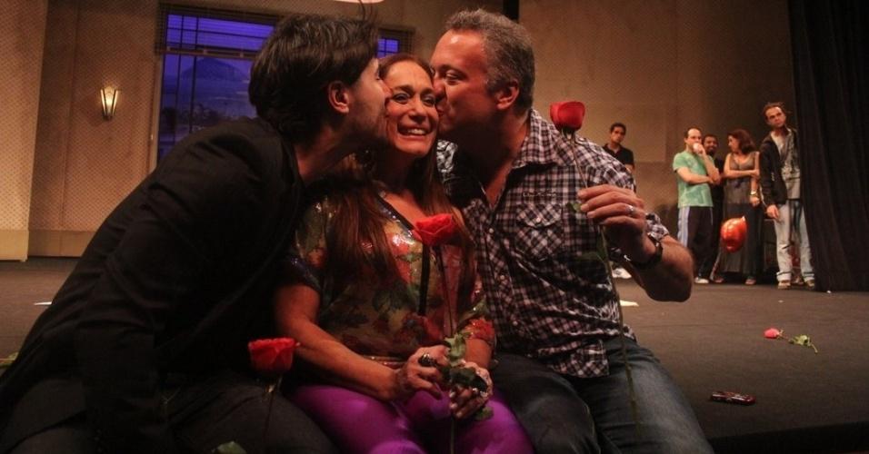 Susana Vieira recebe os parabéns do noivo, Sandro Pedroso, e do filho, Rodrigo Vieira, em seu aniversário de 70 anos (23/8/12)