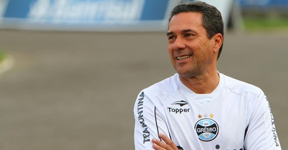 Vanderlei Luxemburgo observa treinamento do Grêmio