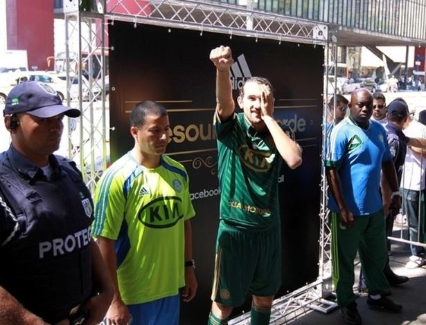 """Vestido com o novo uniforme do Palmeiras, o atacante Barcos faz gesto de """"pirata"""" em evento de divulgação"""