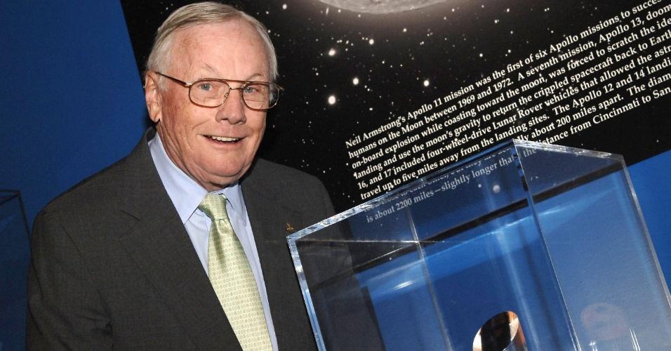 18.abr.2006 ? Neil Armstrong posa com o prêmio de embaixador da Nasa durante evento realizado em Cincinnati
