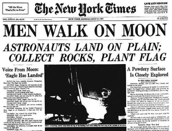 """20.jul.1969 - Capa de 21 de julho de 1969 no jornal """"The New York Times"""" dá destaque ao feito dos tripulantes da Apollo 11. Ela diz: """"Homens caminham sobre a lua. Astronautas aterrissam, coletam pedras e fincam bandeira"""""""