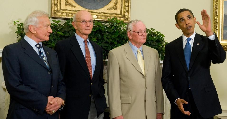 20.jul.2009 - Presidente americano Barack Obama recebeu os astronautas da Apollo 11 em função do aniversário de 40 anos da ida do homem à lua. Da esquerda para a direita estão: Edwin Aldrin, Neil Armstrong, Michael Collins e Barack Obama