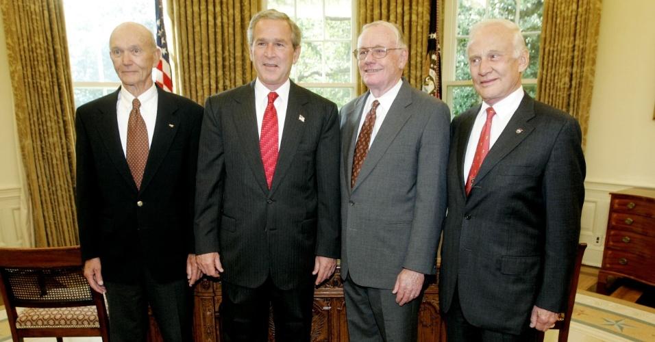 21.jul.2004 - George W. Bush posa com os astronautas do Apollo 11 por conta do aniversário de 35 anos que eles conseguiram andar na lua. Da esquerda para a direita estão: Michael Collins, Bush, Neil Armstrong e Edwin Aldrin