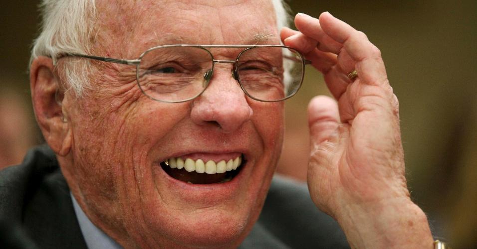 22.set.2011 ? Neil Armstrong, comandante da missão Apollo 11 e primeiro homem a pisar na lua, sorri durante apresentação em Washington ao explicar detalhes da missão. Em agosto de 2012, o astronauta passou uma cirurgia no coração