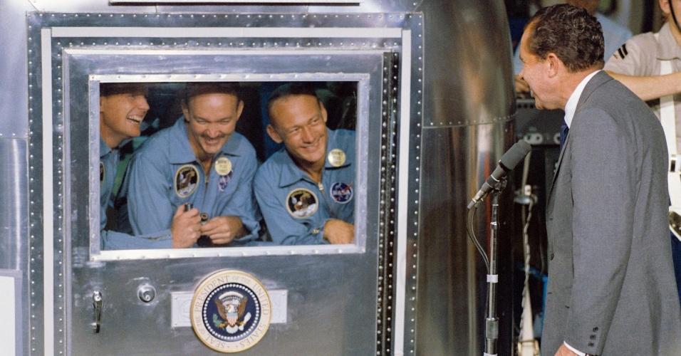 24.jul.1969 ? Presidente Richard M. Nixon visita os astronautas da missão Apollo 11 durante a quarentena (período em que eles tiveram que ficar reclusos em função da viagem espacial).  Da esquerda para a direita estão: Neil Armstrong, Michael Collins e Edwin Aldrin Jr. O módulo lunar aterrissou na terra no dia 24 de julho de 1969 próximo ao Havaí