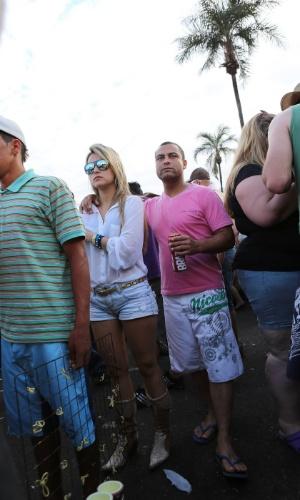 25.ago.2012 - A Festa do Peão de Barretos, no interior de São Paulo, atrai jovens de várias cidades da região, que aproveitam a festa para ''azarar'' quem está solteiro