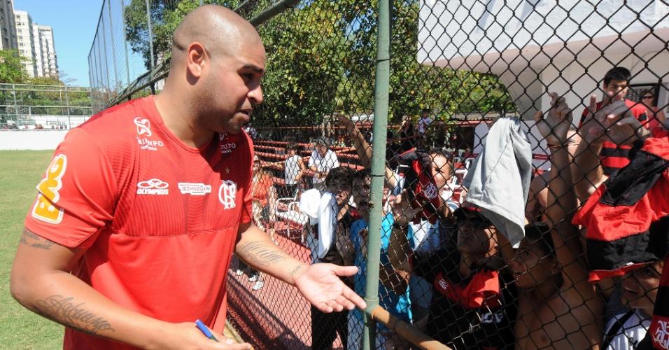 Adriano atende aos pedidos de autógrafo da torcida flamenguista no CT da Gávea